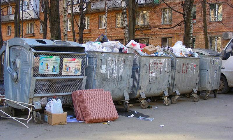 Помещённого на домашний карантин россиянина оштрафовали за выброшенный мусор