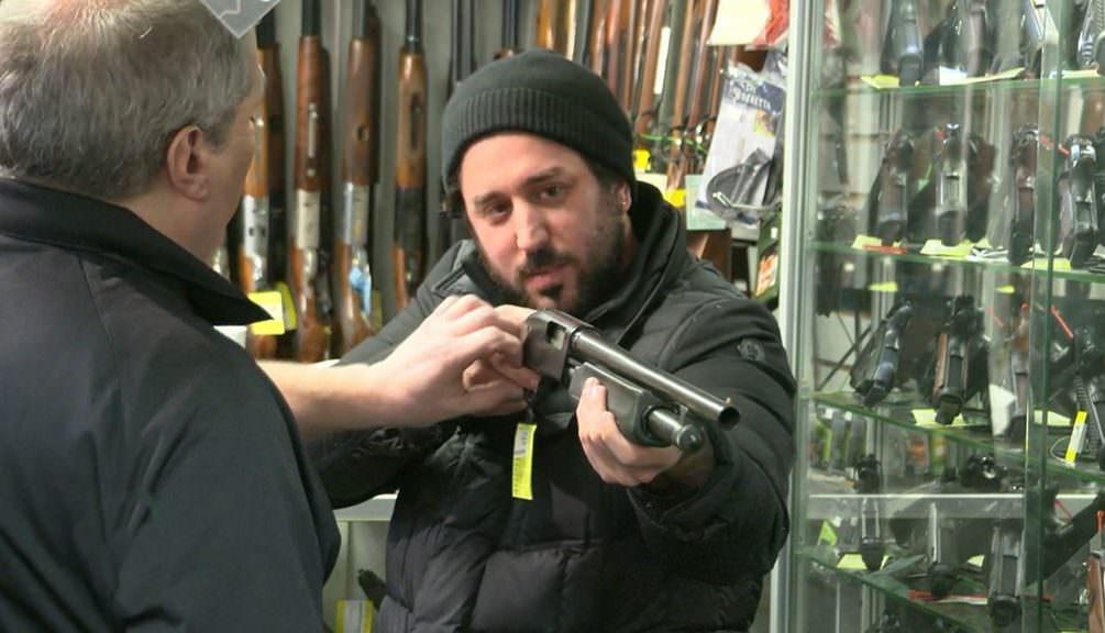 Американцы бросились скупать оружие, чтобы защитить себя в эпоху коронавируса