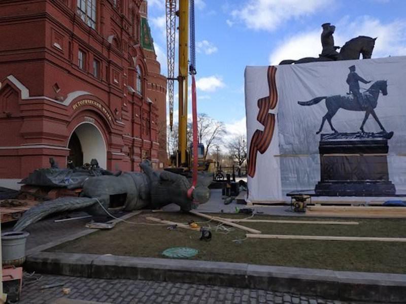 За полтора месяца до 75-летия Победы в Москве убрали памятник Жукову