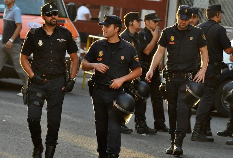 Испанская полиция развлекает население на карантине