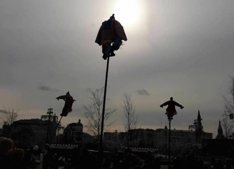 Жуткие фигуры на шестах встречали на Масленицу гуляющих москвичей