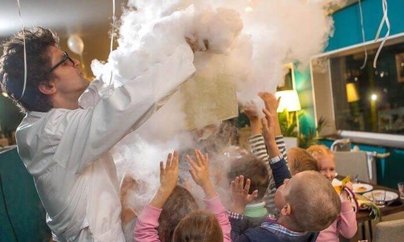 Ребенок получил сильнейшие ожоги на праздновании дня рождения – аниматор осыпала его сухим льдом