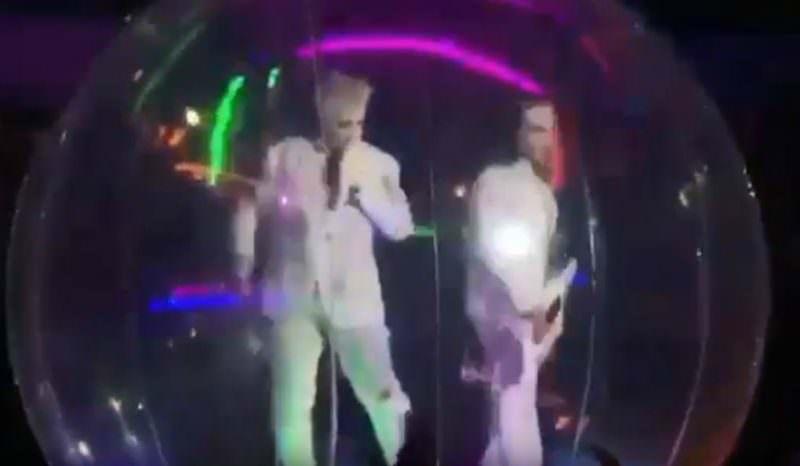 Из-за коронавируса лидер Rammstein выступал в Москве в пузыре