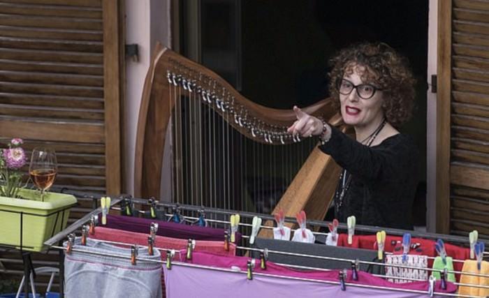 Коронавирусный хор: изолированные итальянцы массово выходят на балконы и поют