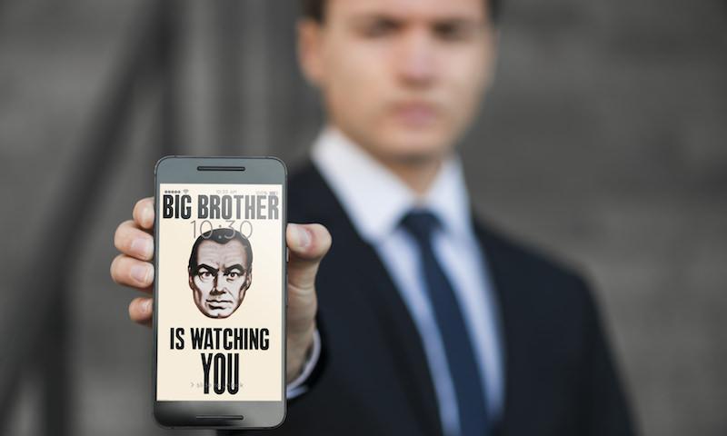 Нас чипируют или защищают? Эксперты оценили планы властей контролировать смартфоны