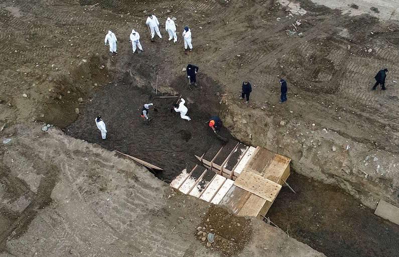 Фото братской могилы успело попасть в Сеть, прежде чем полиция Нью-Йорка захватила беспилотник