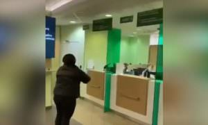 Из-за коронавируса в Сбербанке начали швырять паспорта и деньги клиентам