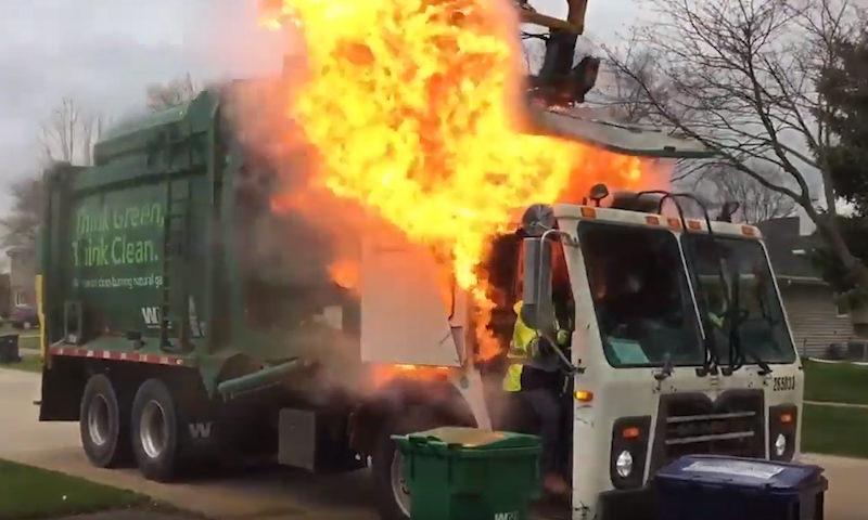Большего невезения придумать сложно – мусоровоз вспыхнул из-за дефекта гидравлики