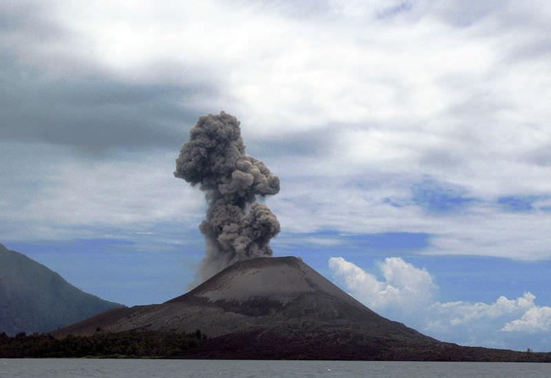 Потоками лавы и молниями пробудился легендарный вулкан Кракатау