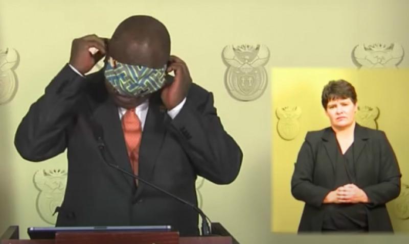Президент ЮАР попытался надеть маску в эфире, но потерпел фиаско