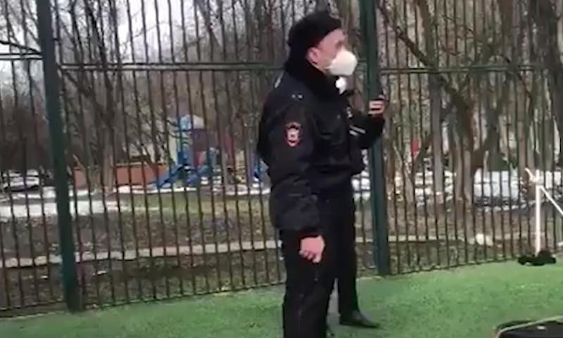 Российские полицейские потребовали от граждан соблюдать дистанцию, вытащив оружие