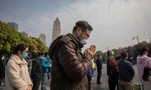 В Китае почтили память умерших от коронавируса