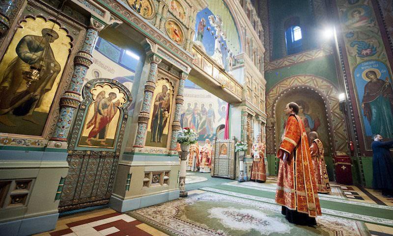 VIP-служба в Москве, незаконный крестный ход в Питере и драка в Омске: как Россия отметила Пасху