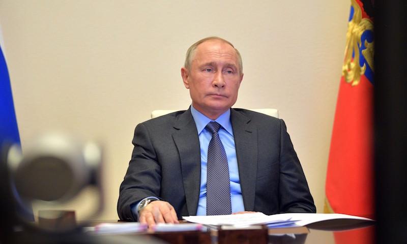 Путин распорядился сохранить до осени доплаты медикам, борющимся с COVID