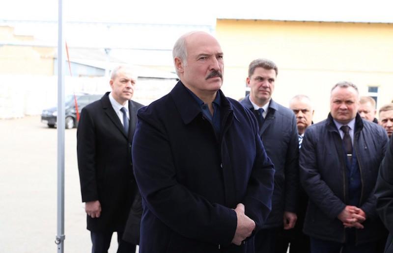 Лукашенко пообещал помочь тем, кто шевелится и «тремя пальцами пытается что-то найти»