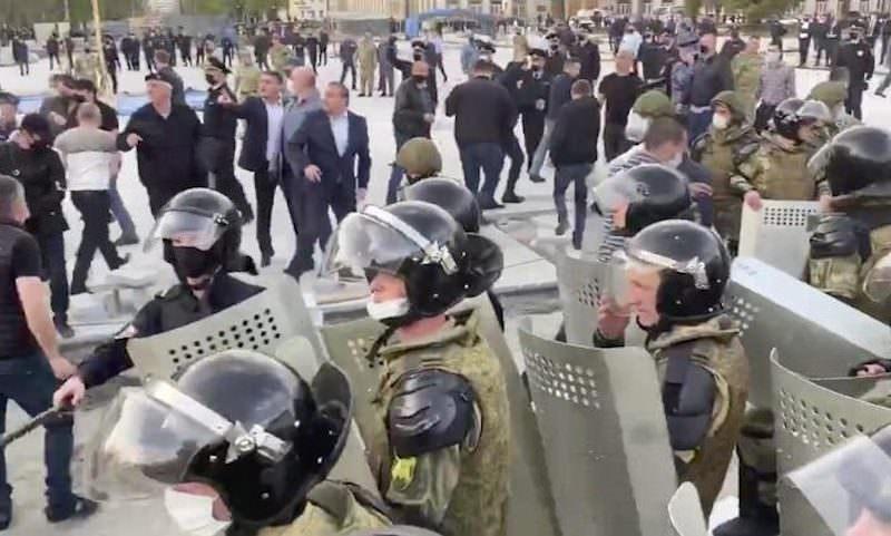 СК завел дело о насилии над полицейскими на митинге против самоизоляции во Владикавказе