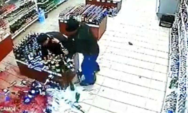 Очень страшное видео: в Саратове покупатель разбил десятки бутылок со спиртным