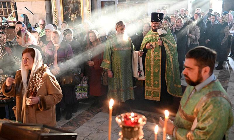 В большинстве регионов церкви не стали закрывать для прихожан на Пасху