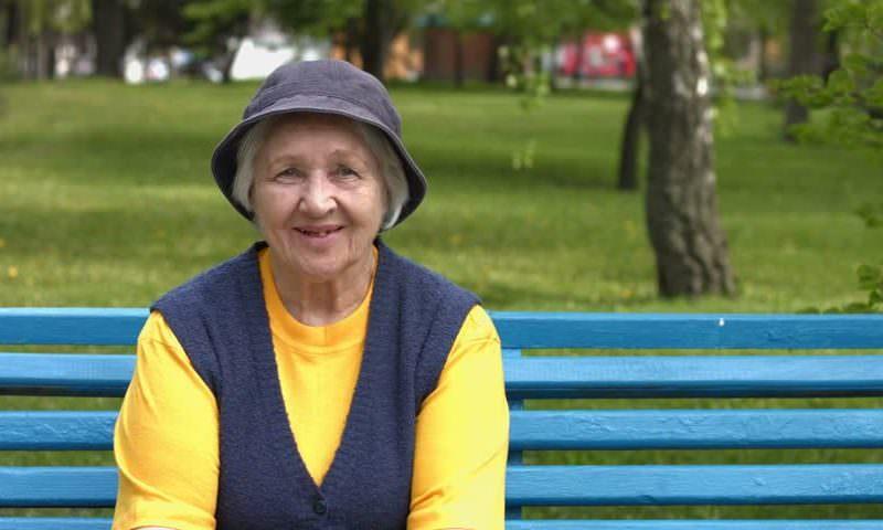 Сенатор предложил разрешить старикам по очереди гулять во дворе