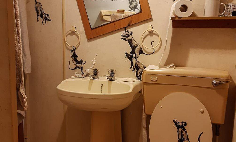 Знаменитый Бэнкси в самоизоляции рисует картины у себя в туалете