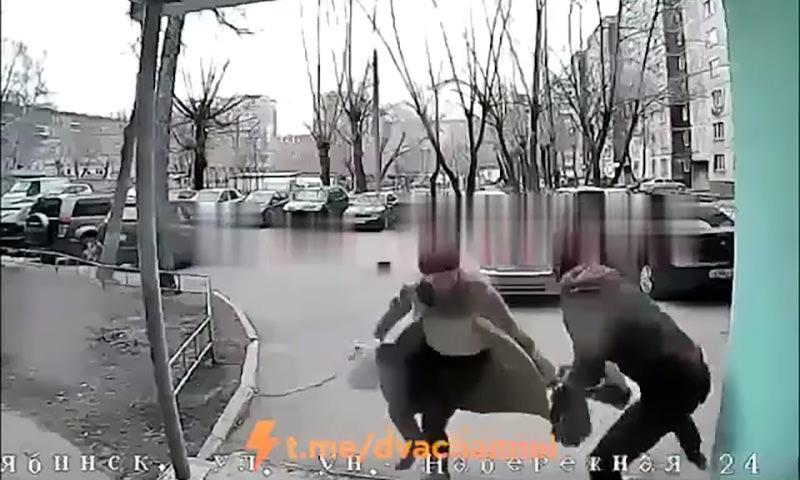 Преступники стали грабить возвращающихся из магазина с продуктами россиянок