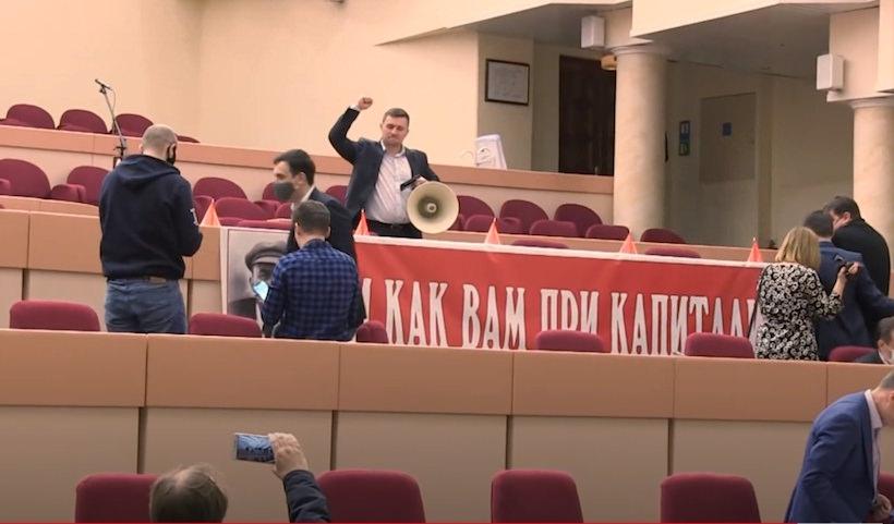 Саратовские депутаты бились за портрет Ленина