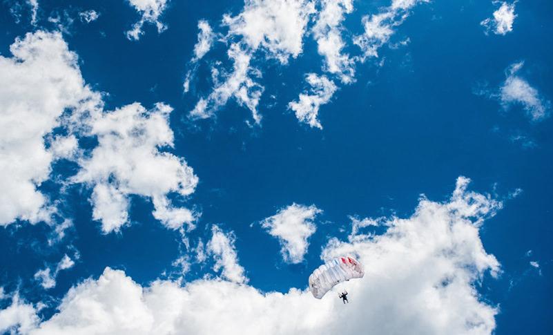 Российские десантники первыми в мире прыгнули с парашютом в Арктике