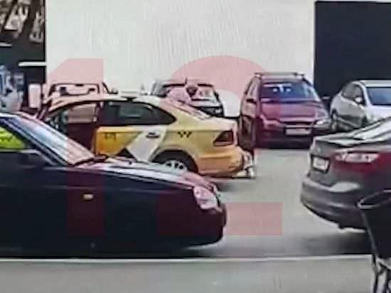 """В Москве водитель """"Яндекс. Такси"""" выкинул из машины девушку за несработавший QR-код"""