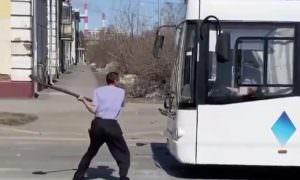 Дон Кихот из Кемерово: пьяный «рыцарь» атаковал автобусы лопатой
