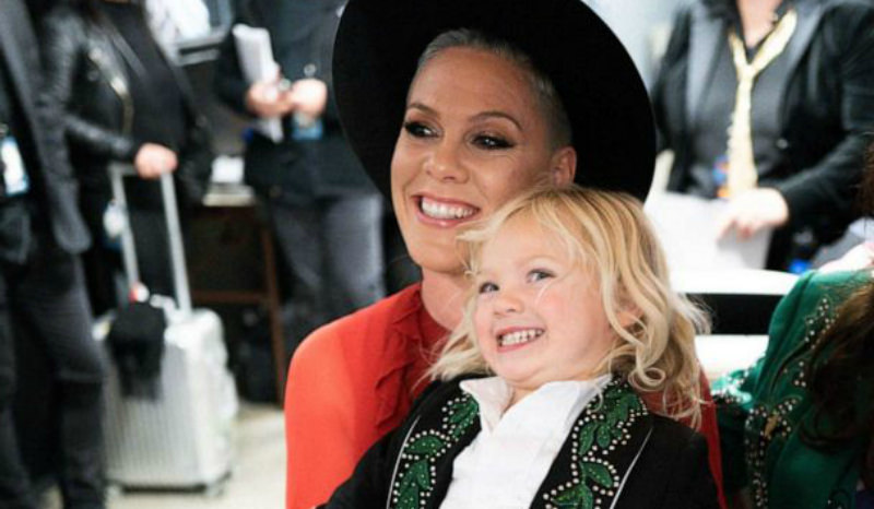 «Я плакала и молилась»: певица Pink и ее сын победили коронавирус