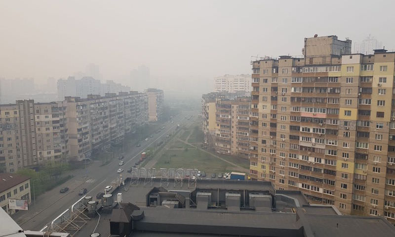 Киевлянка показала, как город затягивает дымом от горящего Чернобыля