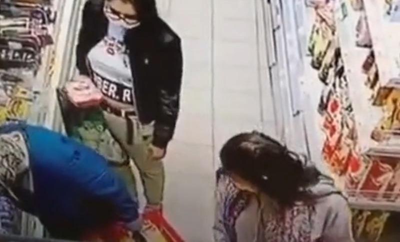 Две девушки в масках обокрали пенсионерку в магазине Таганрога