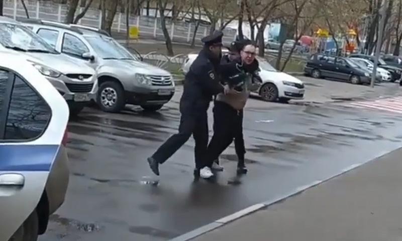 Столичные полицейские жестко задержали мужчину у его дома
