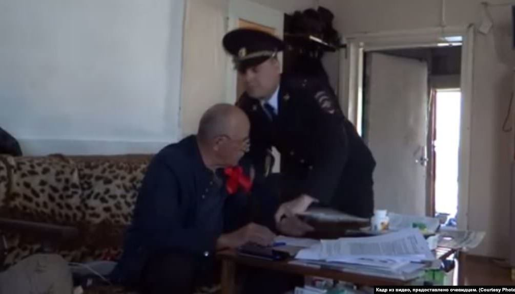 В дом пенсионера ворвались полицейские: был в магазине без маски