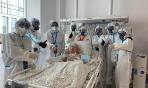 28 дней ИВЛ позади: 94-летний пациент попросил сделать фото с врачами