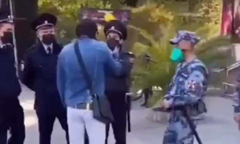 В Сочи нарушитель самоизоляции отругал пытавшихся задержать его полицейских
