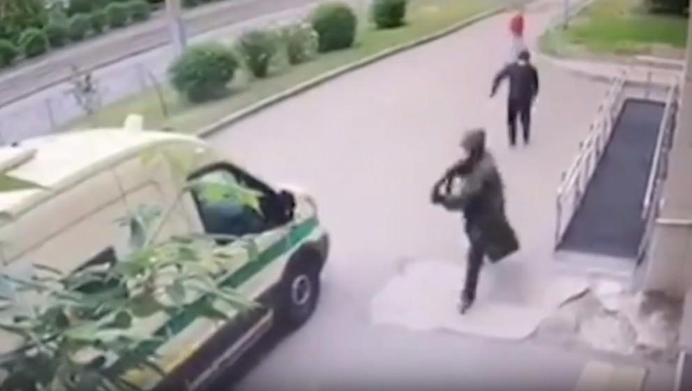 Момент нападения на инкассаторов Сбербанка в Красноярске попал на видео