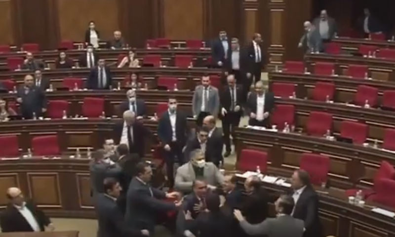 Заседание парламента Армении закончилось побоищем