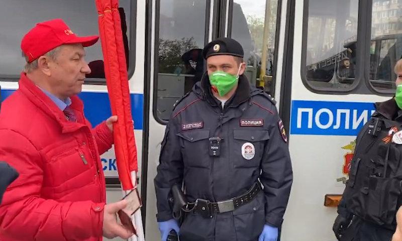 Депутатов КПРФ с флагами и гармошкой задержали в центре Москвы