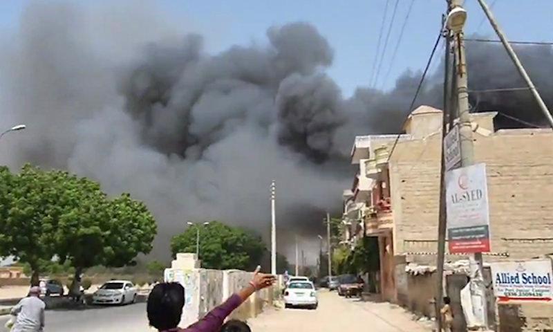 Пассажирский самолет рухнул на жилые дома в пакистанском Карачи