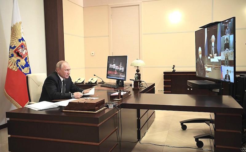 Как брошенная Путиным ручка превратилась в главного героя российских новостей