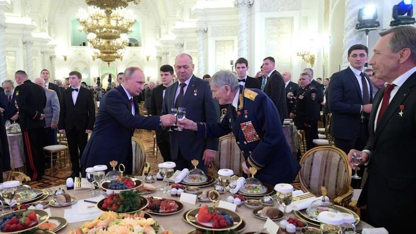 Шеф-повар Кремля раскрыл, что едят и пьют на приемах в честь Дня Победы
