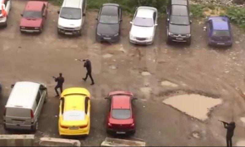 90-е по полной: на юге Москвы на видео сняли перестрелку из автоматов