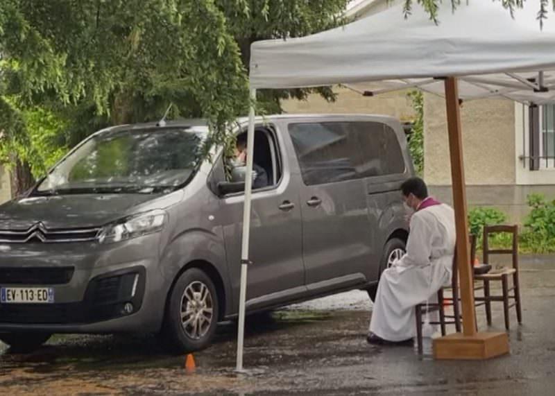 Экспресс-исповедальню для водителей открыли во Франции