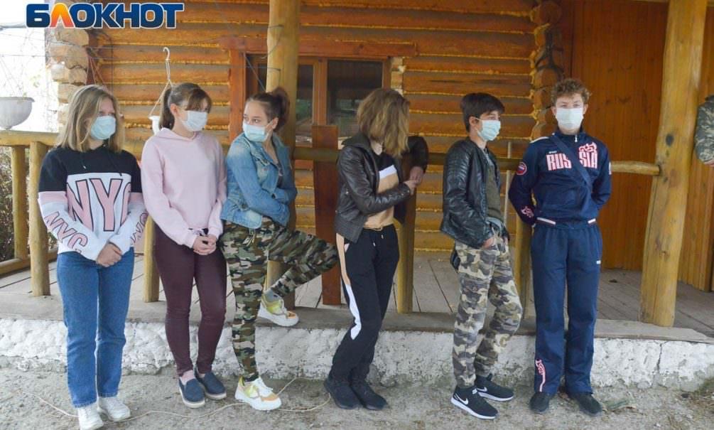 Власти Волгограда сносят конюшни для больных ДЦП. Взрослые и дети стоят щитом