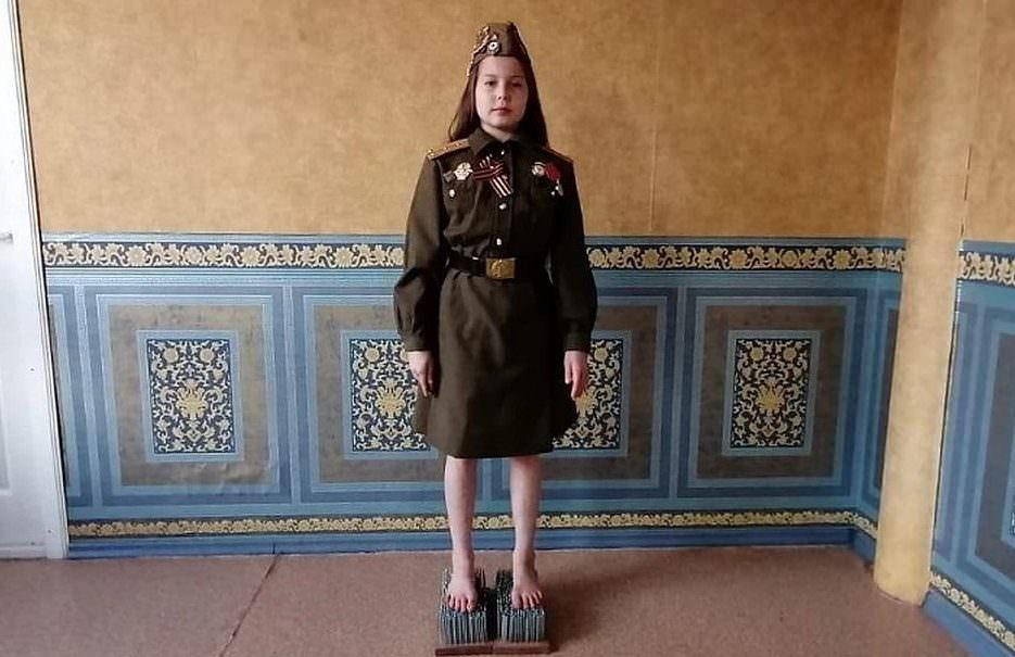 Школьница из Екатеринбурга больше часа простояла на гвоздях в честь Дня Победы