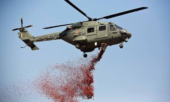 Вот это благодарность: борющихся с COVID врачей осыпали лепестками роз с вертолетов