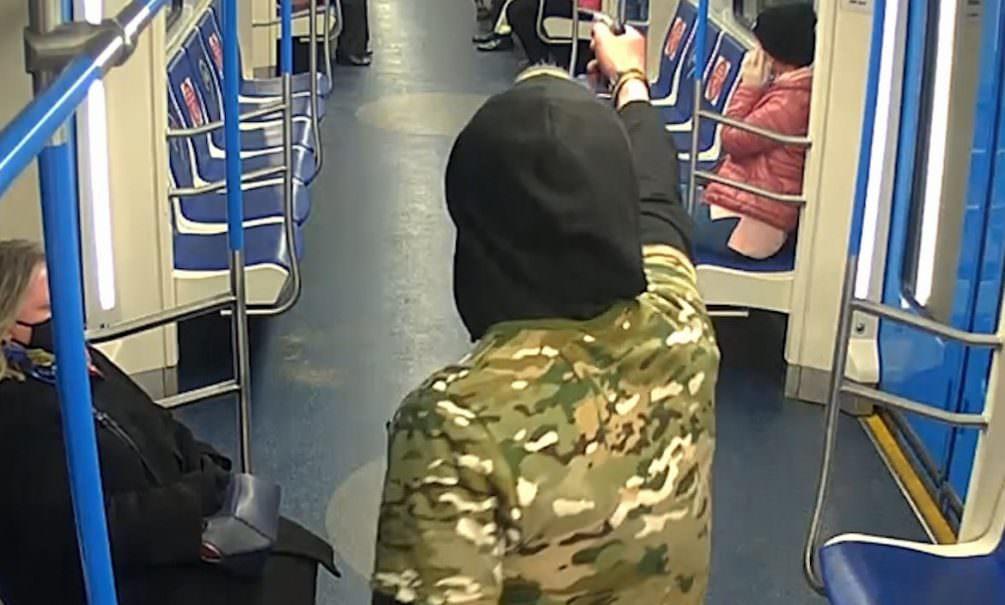 Неадекватный мужчина угрожал пассажирам московского метро ножом и пистолетом