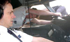 Пилота выбросило за борт на  скорости 800 км/ч, но его успели поймать за ноги