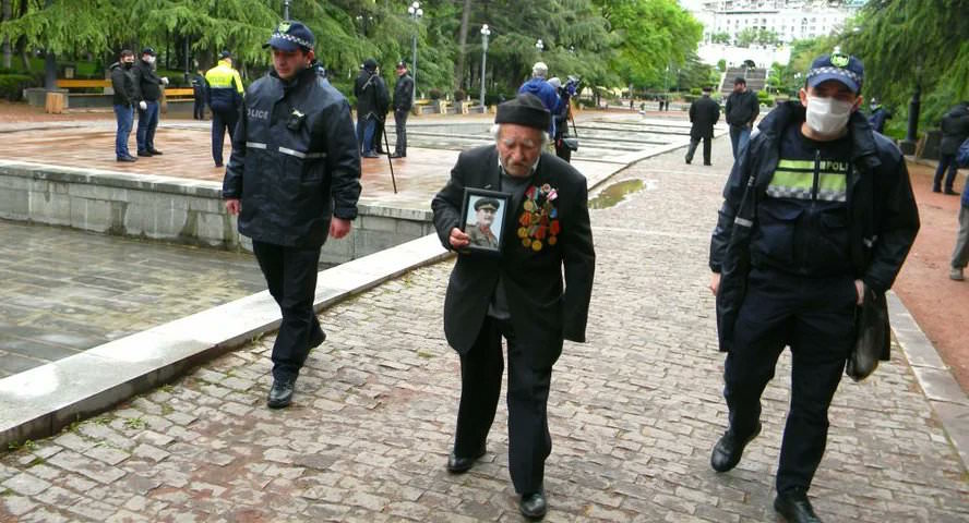 Соцсети покорил 95-летний грузин, который два часа шел под дождем к Могиле Неизвестного солдата